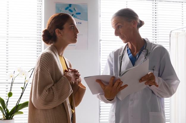 患者の妻と話している医者