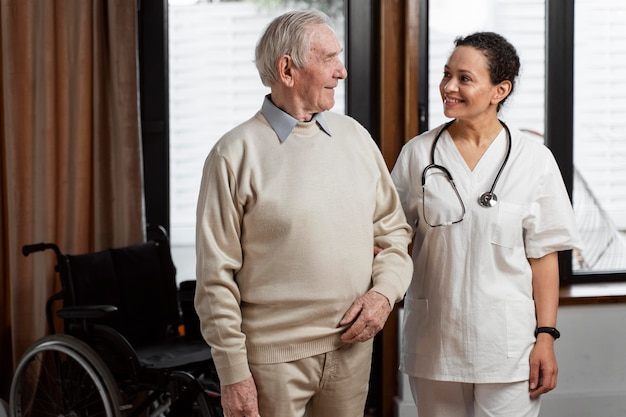 그녀의 노인 환자에 게 얘기하는 의사