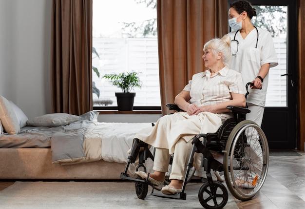 그녀의 노인 환자와 이야기하는 의사