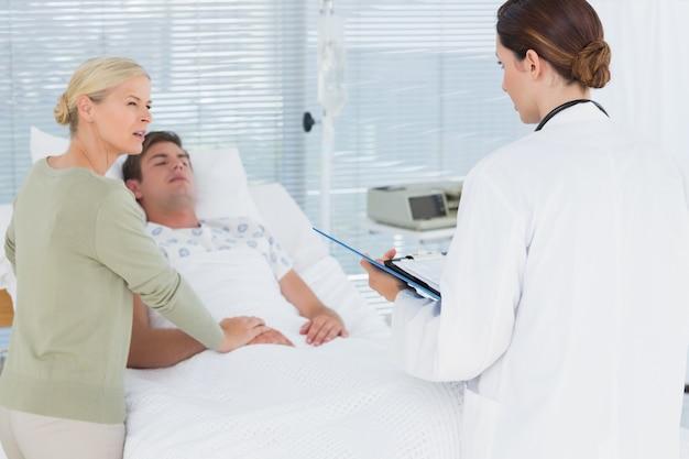 그녀의 환자 어머니와 얘기하는 의사