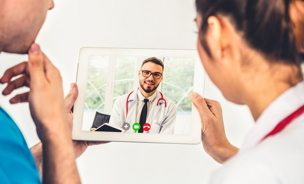 Онлайн-видео службы телемедицины врача для виртуального медицинского чата о здоровье пациента