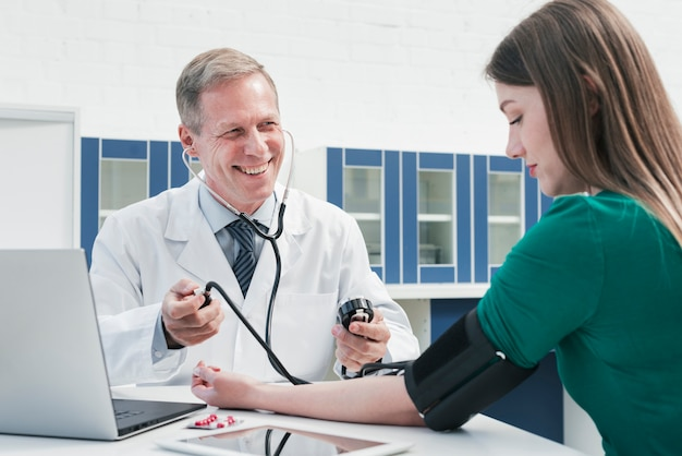 Доктор ухаживает за пациентом