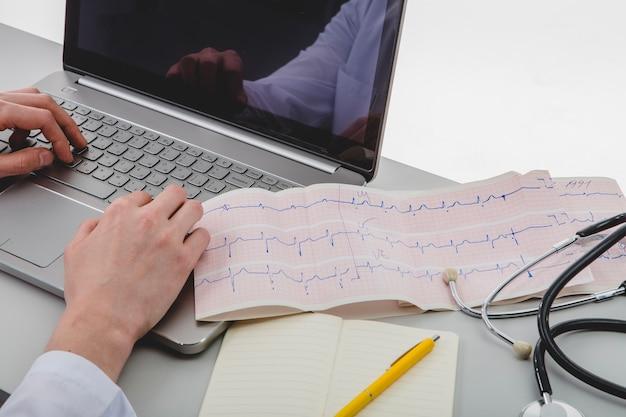 Доктор, набравший ноутбук