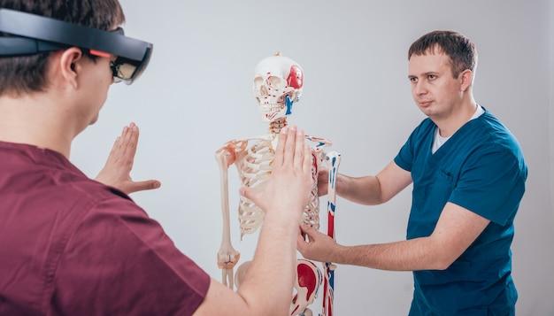 Доктор использует очки дополненной реальности и человеческий скелет для обучения студентов