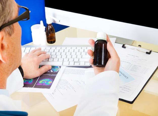 コンピューターを使用してオンライン処方箋を準備する医師