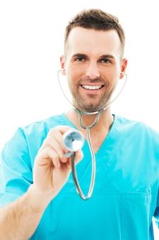 Врач с помощью стетоскопа