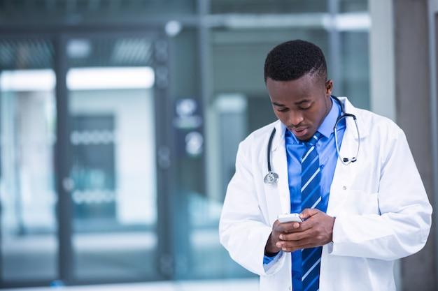 Доктор с помощью мобильного телефона