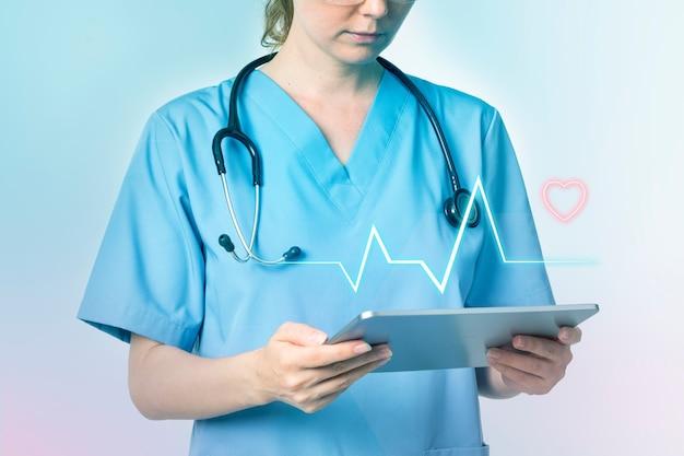 의사가 태블릿을 사용하여 의료 기술 진단