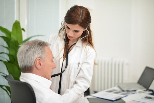 그녀의 스튜디오에서 환자를 방문하는 의사