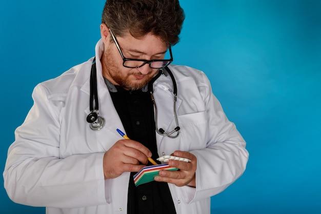 医師wdoctorが手で患者に処方薬を書く医師の丸薬