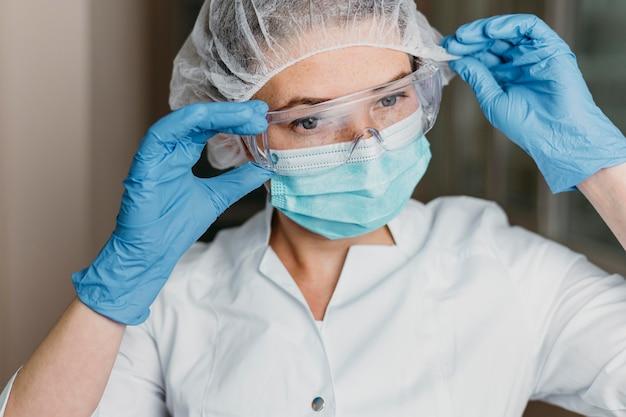 Доктор в маске для лица и защитных очках