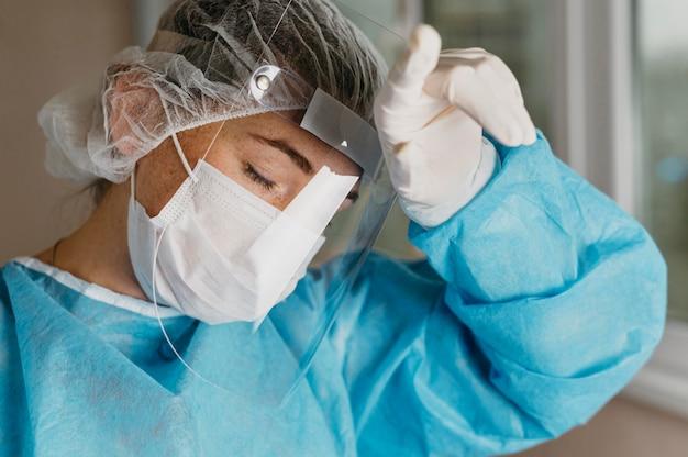 Врач, носящий оборудование для предотвращения вирусов