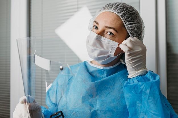 ウイルス予防装置を身に着けている医者