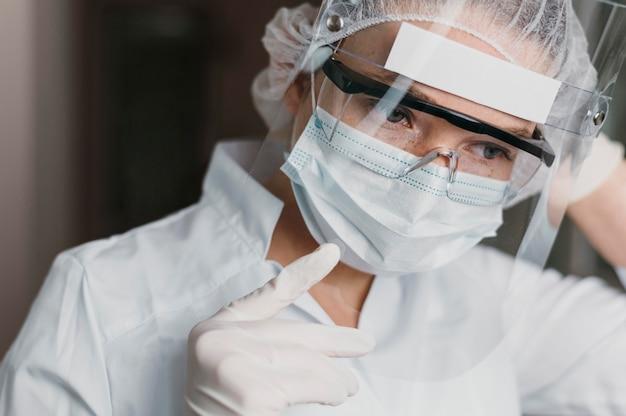 Medico che indossa una maschera e occhiali protettivi