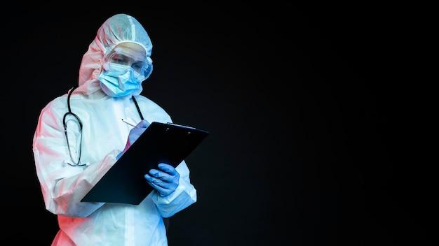 Medico che indossa attrezzature mediche con copia spazio