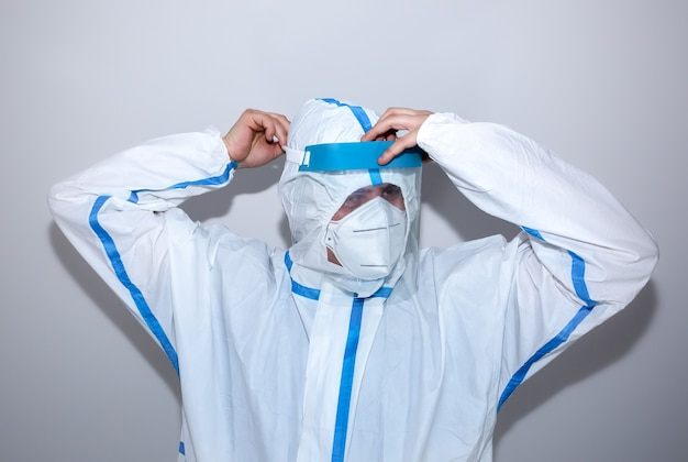 医療用防護服とマスクを着用した医師。ウイルスの流行による保護マー。コロナウイルス(covid-19)。ヘルスケアのコンセプト。