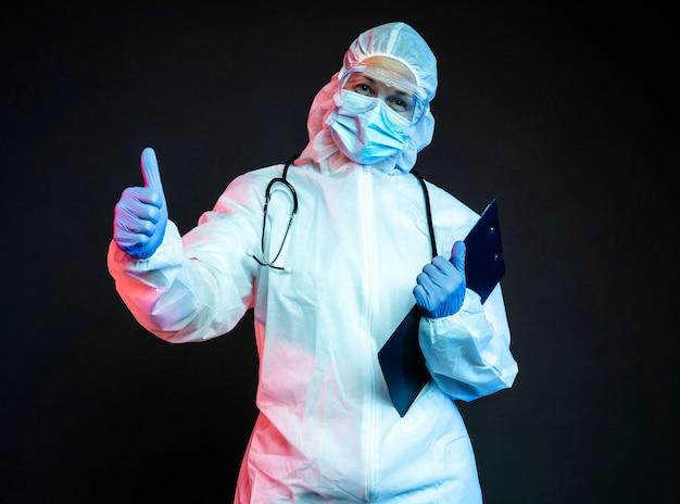 パンデミック医療機器を身に着けている医師