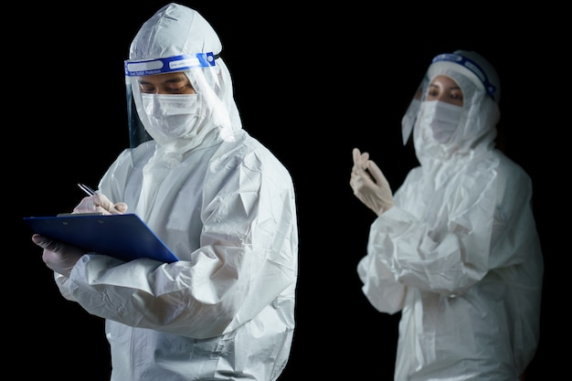 코로나 / covid-19 바이러스 실험실 보고서에 대한 ppe 및 안면 보호구 착용 의사.
