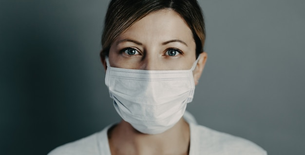 コロナウイルスcovid19に対する保護フェイスマスクを着用した医師