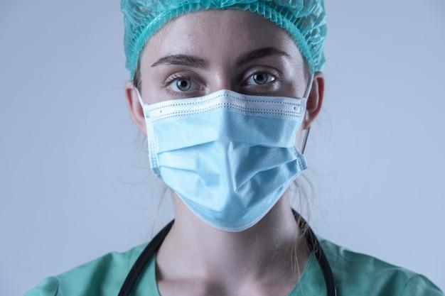 Доктор, носящий защиту коронавируса маской от