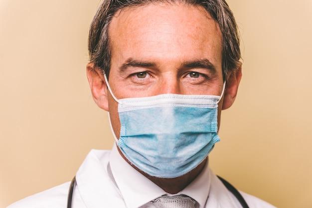Доктор в защитном костюме и маске для борьбы с covid-19 ()