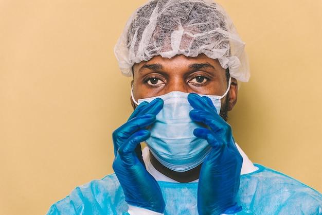 Доктор в защитном костюме и маске для борьбы с covid19