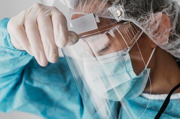Medico che indossa dispositivi di protezione