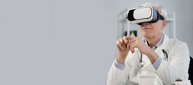 Medico che indossa occhiali per realtà virtuale