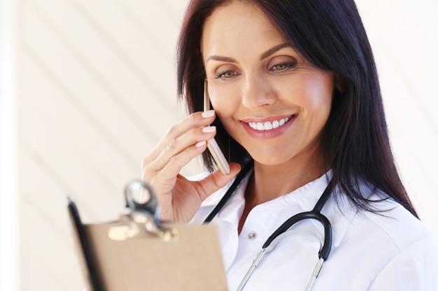 白いローブと聴診器を身に着けている医者