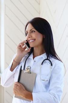 흰 가운과 청진기를 입고 의사