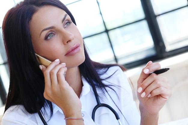 Доктор в белом халате и стетоскопе