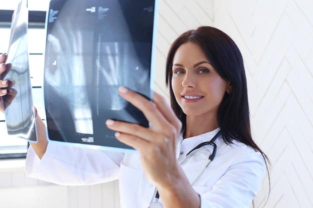 Medico che indossa una veste bianca e uno stetoscopio