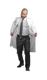落胆した表情の医者は上着を脱ぐ。白で隔離。