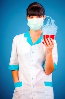 ドナー血液のパッケージを持つ医師