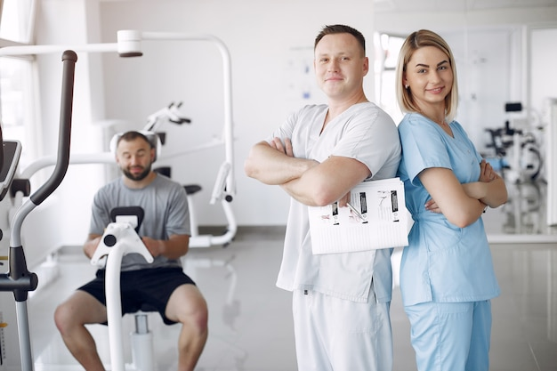 Врач с пациентом в физиотерапевтической клинике