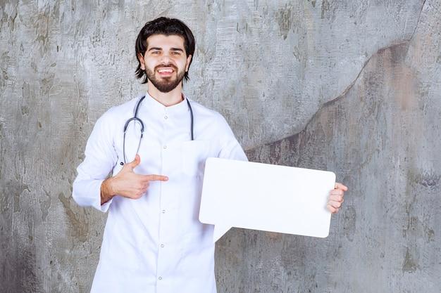 Доктор со стетоскопом держит доску пустой формы прямоугольника