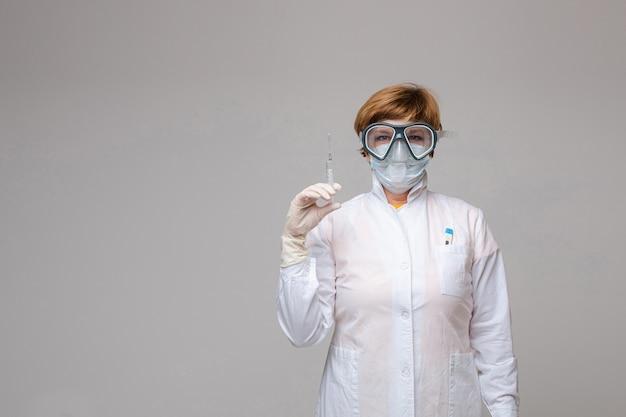 Доктор со шприцем в руке