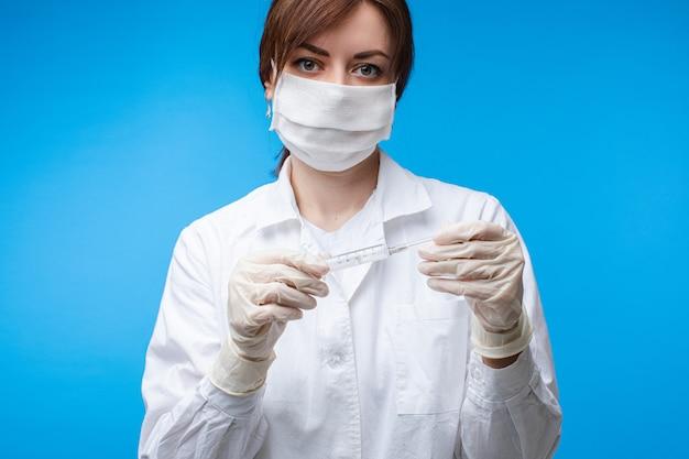 Доктор с вакциной в шприце