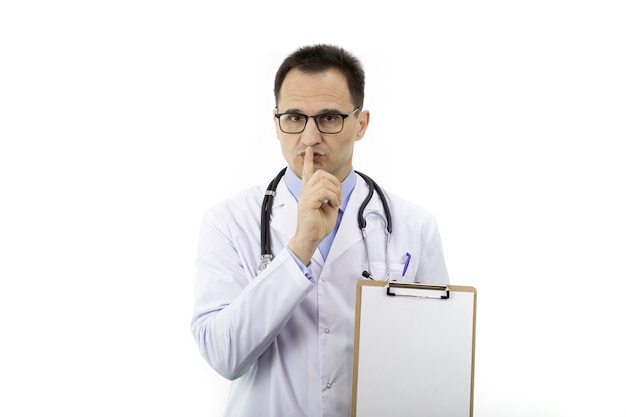沈黙のジェスチャーを作る空のクリップボードを持つ医師。医療機密