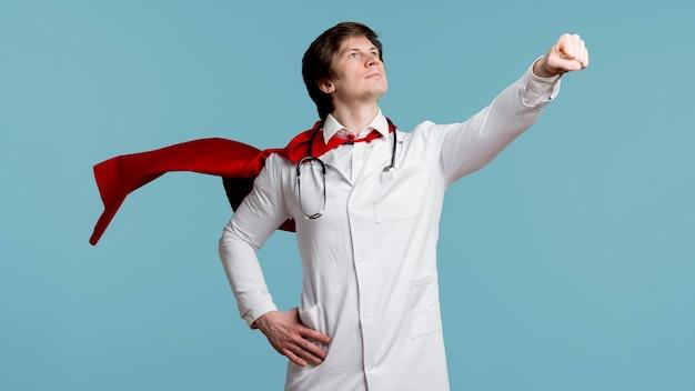 Medico con mantello e sfondo blu