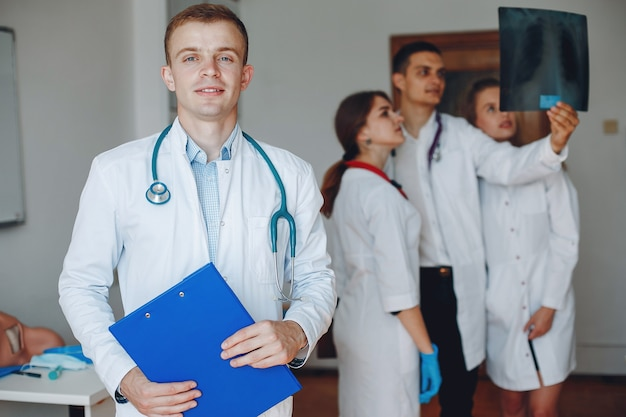 Medico con una cartella nelle sue mani guarda la telecamera
