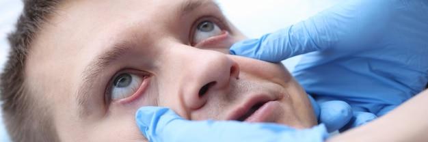 Врач в перчатках, исследующий слизистую оболочку пациентов, оценка глаз пациентов