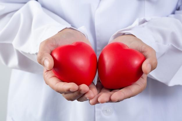 心臓のある医師、心臓病の治療と予防の概念。