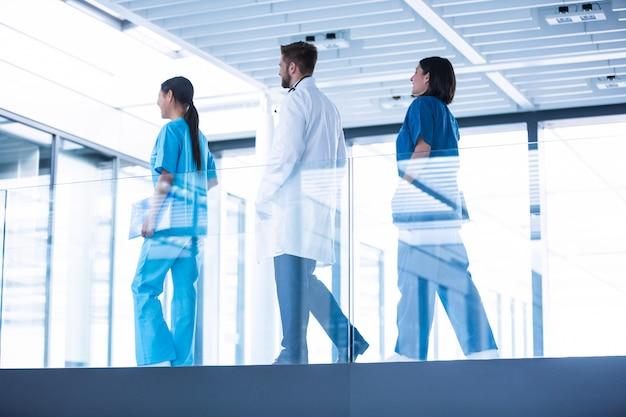 廊下を歩いて看護師と医師