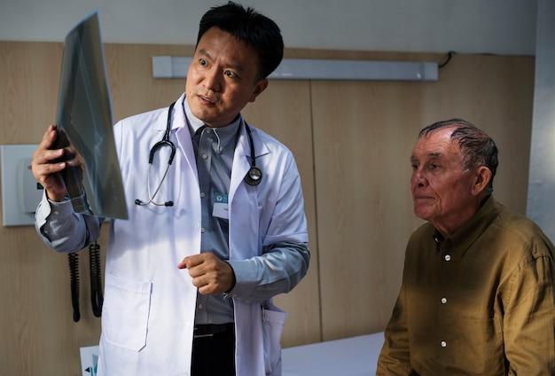 医者と患者のx線フィルム