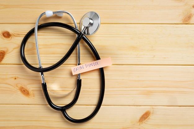 聴診器と巻尺を持つ医師。