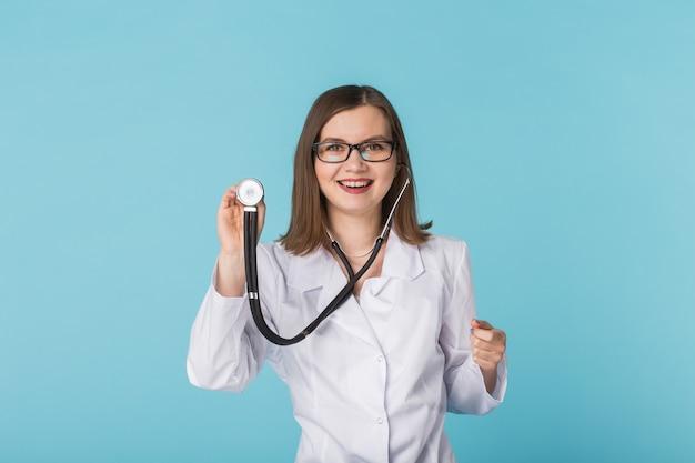 コピースペースのある青の聴診器を持つ医師