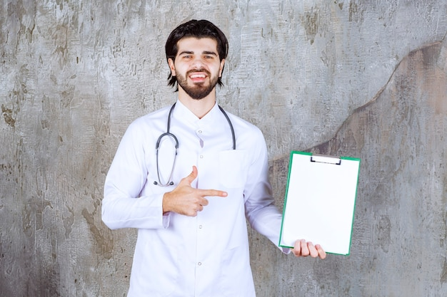 Medico con uno stetoscopio che presenta la storia di un paziente