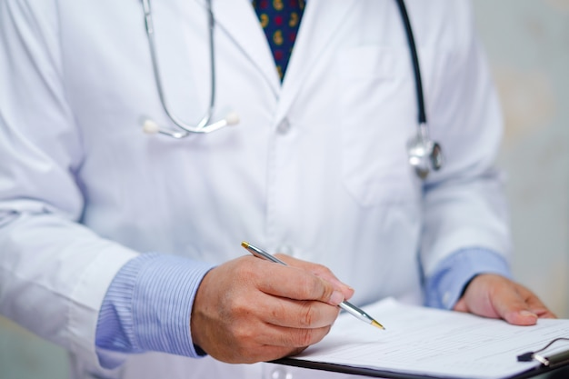 청진 기 닥터 환자의 참고 진단을 위해 클립 보드에 씁니다.