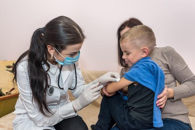 注射器を持った医者が注射をする Premium写真